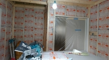 躯体補強後に防音室側の柱を躯体に触れないように立てて宙に浮いたお部屋をつくっていきます。 空気層には断熱材を詰めています。