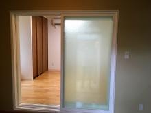 今回、出入口の樹脂サッシガラスは防音室側は透明のガラスで廊下側は型ガラスを使用しています。