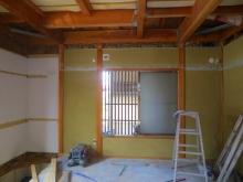 解体作業を行っています。 腰窓は埋めて遮音性能を高めます。