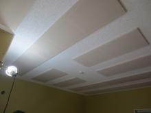 吸音天井が完成しました。 弊社オリジナルの吸音パネルを設置し音の反響を調整しています。