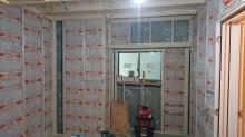 浮き床の上に下地を組み、防音室の壁と天井を作っていきます。空気層には断熱材をぎっしり詰めています。