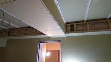吸排気ダクトボックスを梁型で仕上げています。 防音室は気密性の高いお部屋なので吸排気は必須です。