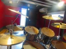 ドラムが入るとまた雰囲気が変わります。 完成をスタッフも心待ちにしていました。 素敵なお部屋に仕上がりました!
