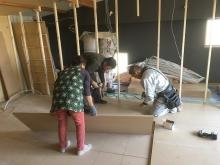 浮き床を作り、新しい間仕切りの下地を立てています。