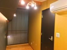 お部屋の奥に休憩ができる空間を設けています。 廊下との境には格子を立てました。