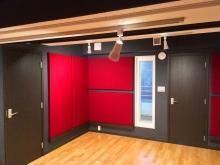 出入口には木製防音ドアを2重で設置し、入り口横にはFIX窓で中の様子を確認できるように計画しました。