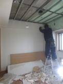 解体作業中です。 天井高をできる限り確保するため天井や床を解体します。