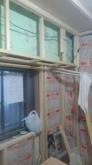 宙に浮いたお部屋をお部屋の中に作っています。 躯体と防音室の間の空気層には断熱材を詰めています。