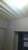遮音補強後に天井を吸音天井に仕上げていきます。弊社オリジナルの吸音パネルを設置し、音の反響と吸音を調節します。