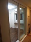 出入口は樹脂サッシの掃き出し窓です。 開放的で明るい印象のお部屋に。。。