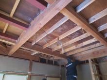 解体作業です。 床と天井を解体しています。 押入れも解体してお部屋を広く使います。