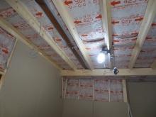 空気層に断熱材を詰めて石膏ボードを張り重ねて防音室側の壁と天井をつくっていきます。