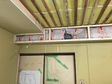 天井は吸音天井に仕上げています。 吸排気ダクトボックスを梁型で作っています。 防音室は気密性が高いので吸排気は必須です。