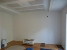 クロスが施工されました。 天井には弊社オリジナルの吸音天井を設置しています。