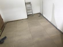 浮き床の下地組みです。 弊社の防音室はゴムで床を浮かせています。