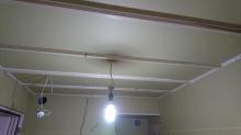 防音室側の壁と天井を作っています。 ここでも石膏ボードを張り重ねていきます。