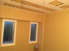 天井を吸音天井に仕上げています。 樹脂サッシのFIX窓も入りました。