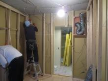 浮き床の上に柱を建てて、防音室側の壁と天井を作っていきます。