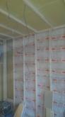 躯体と防音室の間の空気層には断熱材を詰めています。