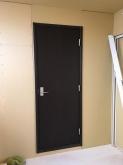 出入口には木製防音ドアを2重で設置しています。 躯体壁に1枚、防音室壁に1枚設置しています。