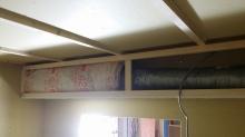 吸排気ダクトボックスを作っています。 天井に梁型で仕上がります。