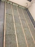 浮き床の下地を組んでいます。既設の床を撤去し、ゴムで浮かせた床をつくっていきます。
