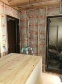 躯体に触れないお部屋を中に作っていきます。 浮き床の上に下地を組んで防音室側の壁と天井を作っていきます。