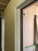 腰窓の内側に樹脂サッシの窓を2重で設置します。 弊社の防音室は躯体壁に1枚と防音室壁に1枚で建具を設置します。 仕上がりは既設窓と3重の窓になります。