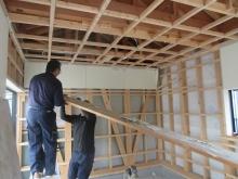 解体作業をしています。 弊社では天井高の確保のため既設の天井を解体します。