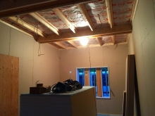内装工事です。 躯体の遮音補強をして、防音室側の壁と天井を躯体に触れないように立てていきます。