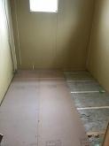 浮き床を作っています。 ゴムで床を浮かせています。