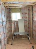 浮き床の上に新しい柱を立てて防音室側の壁と天井をつくっていきます。