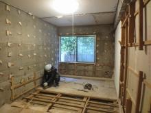 解体作業を行っています。 天井高確保のため床や天井を解体します。