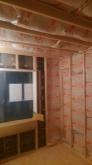 躯体と防音室側の壁の間に断熱材を詰めています。