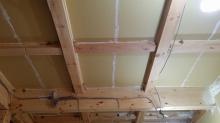 天井も壁と同様に石膏ボードで隙間を埋めていきます。 弊社では躯体の遮音補強が重要と考えます。