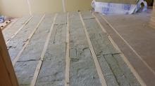 浮き床の下地組みです。ゴムで浮かせた床をつくっています。