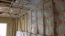 浮き床の上に下地を組み、躯体に触れない防音室の壁と天井をつくっていきます。