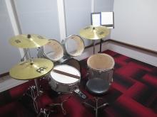 バンド室の場合床はフローリングではなくタイルカーペットで計画をします。フローリングで計画すると響き過ぎてしまいます。