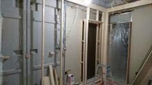 ウォークインクローゼット前にも木製防音ドアを設置します。リビングからの開口部は一部を壁にし、木製防音ドアで計画しています。