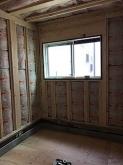 浮き床コンクリートが乾き、木工事が始まりました。躯体壁の補強をしています。