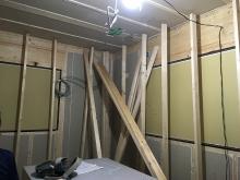 住宅密集地のため開口部を全て埋めて遮音強化です。