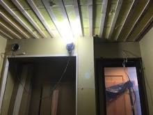 収納と旧排気ダクトボックスをつくっています。