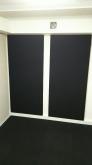 壁にも吸音パネルを設置し、デットな空間に仕上げています。