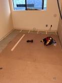 浮いた床の上に柱を立てて宙に浮いたお部屋をつくっています。