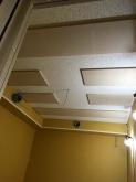 天井は吸音天井に仕上げています。 吸排気ダクトボックスは天井に梁型でつくっています。