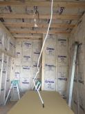 躯体の遮音補強後に下地を組み、防音室側の壁と天井をつくっていきます。