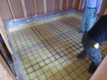 断熱材を張り、防湿シートとコンクリートのひび割れ防止にワイヤーメッシュを張っています。