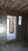 躯体壁と防音室壁の間の空気層に断熱材をつめています。