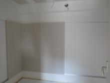 クロス施工完了です。 壁にも吸音パネルを設置し音の響きを調節します。