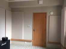 クロス施工後に壁にも吸音パネルを設置してデットな空間をつくっています。